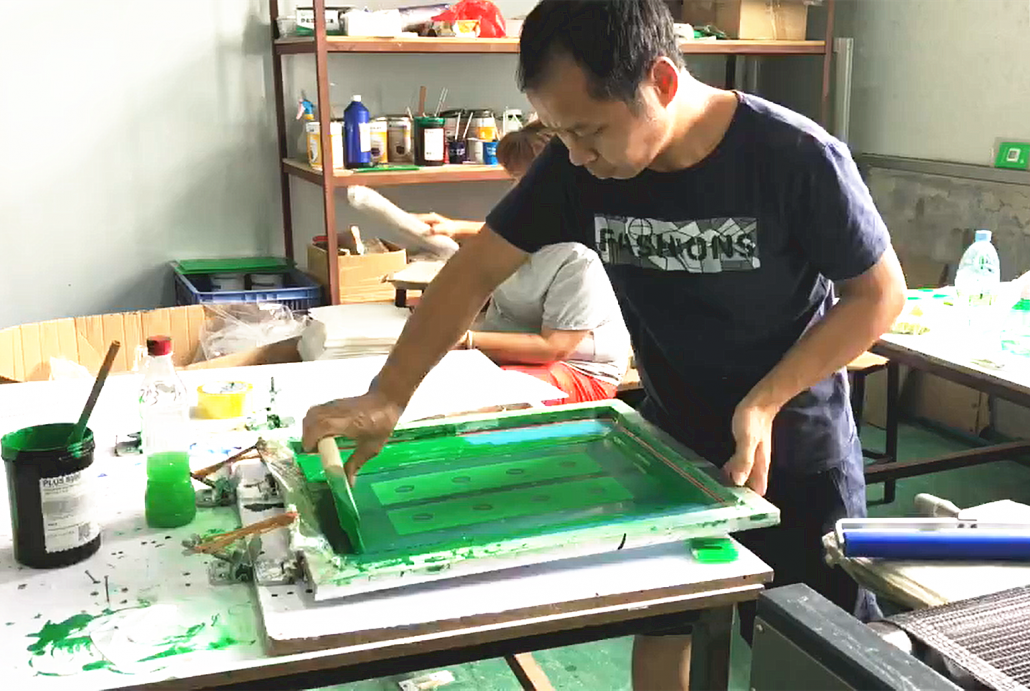 Chinov Display is doing silk screen printing